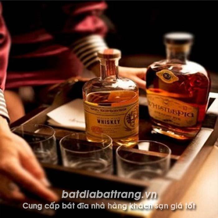 Rượu Whisky, cách nhân viên phục vụ rượu Whisky tại nhà hàng