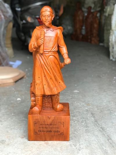 Ý nghĩa phong thủy tượng gỗ Trần Quốc Tuấn