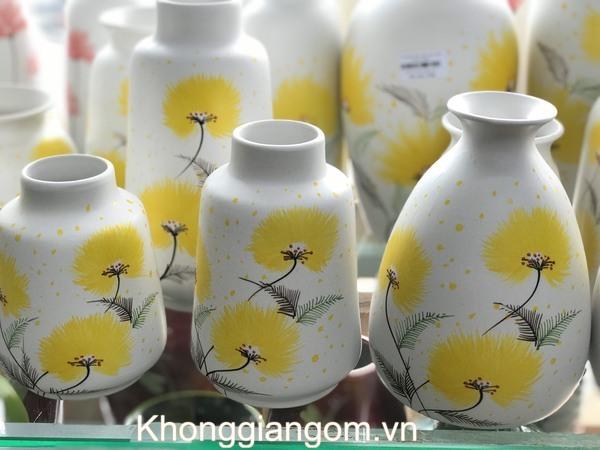 Bình gốm vẽ hoa cúc vàng