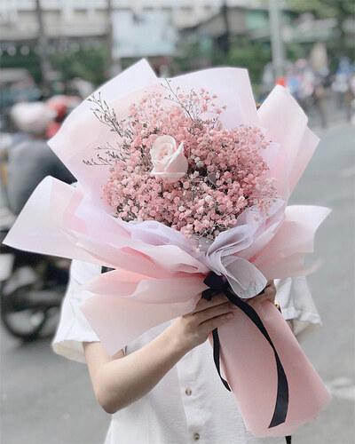 Tặng hoa tươi cho mẹ và bạn gái