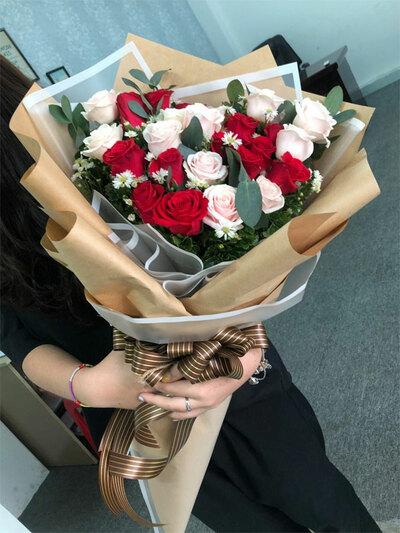 Chọn bó hoa tươi làm quà tặng mẹ