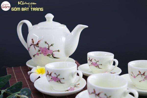 Với lớp men căng bóng nên bộ trà gốm sứ rất dễ vệ sinh